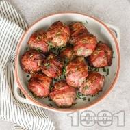 Кюфтета от говежда кайма с лук, чесън и чушки, увити в бекон